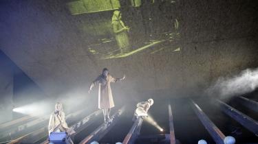 -Gertrud-, hvis fire aldre vises på en gang. Rundt omkring på scenen ligger kålhoveder, der ind imellem er babyer, andre gange bomber.