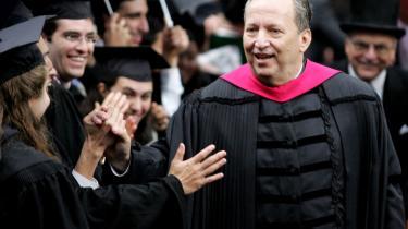 Larry Summers er ikke blot tidligere finans- og økonomiminister i USA, men har tillige beklædt stillingen som rektor på Harvard University. Han vil ikke høre tale om systemkrise, og mener at det er omsonst at putte energi, fødevarer, klima og finans i den samme kriseboks.