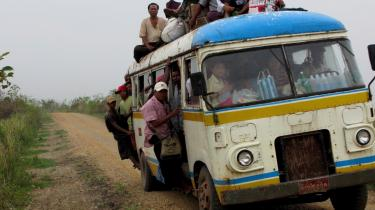 Flygtninge på vej i en overfyldt bus. Så sent som i går var der fortsat vejspærringer på vejene ned til Irrawaddy-deltaet, og ifølge Læger uden Grænser er tusinder af mennesker i deltaet fortsat uden mad.