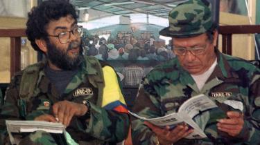 Alfonso Cano (t.v.) og lederen af FARC, Manuel Marulanda (t.h.), under en international høring om narkotika i San Vicente, Colombia i 2000. Den 24. maj blev Marulanda officelt erklæret død.