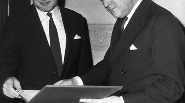 Forfatteren Thorkild Hansen både drager og frastøder, skriver Brian Mikkelsen. Her modtager Hansen Nordisk Råds Litteraturpris af fhv. statsminister Jens Otto Krag i 1971