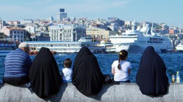 En irakisk tolk kom til Danmark med to koner og tre børn, men skal nu lade sig skille fra den ene kone. Men er det rimeligt, at staten blander sig i, hvordan vi lever i familien? Her en tyrkisk mand og hans tre koner. Model
