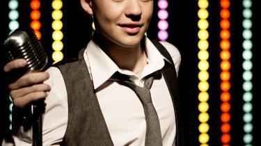 X-Factor-vinderen Martin får heldigvis lov til at forblive dreng lidt endnu på dele af sit debutalbum Show The World, hvor han synger -I don-t know nothing about girls, girls, giiiiirls-. Men fra pressen ved vi det ikke helt passer...