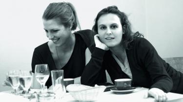 Den uskyldige tid. Elisabeth Raether (t.v.) og Jana Hensel vil med deres bog 'Nye tyske piger' aktivere det, de kalder, den 'uskyldige tid, der findes i næsten enhver kvindes liv': De år, hvor man kan gøre sig illusioner om sit liv og sine muligheder i samfundet, fordi man endnu ikke har børn og kun er ansvarlig over for sig selv i verden.