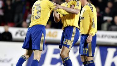 Årets slagsmål. Brøndby får prisen for den episode, hvor Peter Madsen (tv.) slog klubkammerat Morten -Duncan- Rasmussen (th.) to gange i ansigtet, efter at AaB havde bragt sig foran med 3-0 mod Brøndby i en udekamp i september. Stefan Gislason (m.) måtte lægge sig imellem.