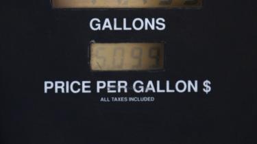 Olieprisens himmelflugt er kommet som et chok for New Yorks tankpassere. I denne uge ramte prisen på en gallon benzin (3,8 liter) 4,2 dollar, og det gav problemer på byens tankstationer. De gamle pumper har nemlig ikke tal til at gå højere end 3,99 dollar. Tankejerne skal derfor nu anskaffe sig nye computerstyrede pumper, der kan klare helt op til 9,99 dollar.