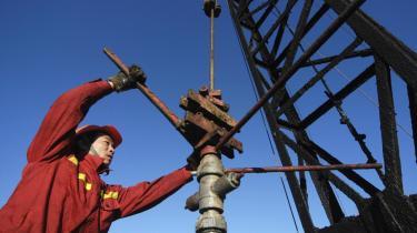 Der er en ond cirkel på færde, og ikke kun i Kina. Da fortsat vækst kræver massiv tilførsel af energi og råstoffer, afsøger de kinesiske virksomheder hele kloden for nye forsyningskilder.