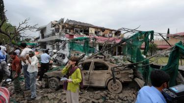 En bombe eksploderede mandag morgen foran Danmarks ambassade i Pakistans hovedstad, Islamabad, hvor otte meldes dræbt.