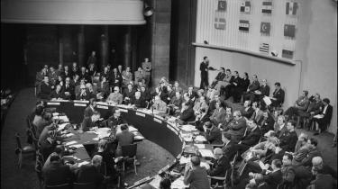 I FN-s Verdenserklæring om menneskerettigheder, der blev vedtaget i 1948, er der en artikel 29 om pligt: -Enhver har pligter over for samfundet, der alene muliggør personlighedens frie og fulde udvikling-.