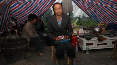 Ma Shengxius datter blev begravet under murbrokkerne af den sammenstyrtede Qiandi-skole i byen Shifang. Forældrene lægger skylden for katastrofens omfang på de lokale myndigheder, der har tilladt dårligt skolebyggeri.
