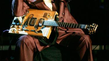 Den på en gang mest primitive og mest udtryksfulde af 1950'er-rockens ikoner, Bo Diddley, er død, 79 år gammel. Han udviklede en særegen rytme, der sågar opkaldtes efter ham, og hans betydning for rockmusikken kan ikke overvurderes