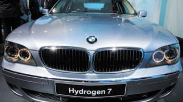 I morgen skal EU's miljø- og klimaministre diskutere skærpede CO2-krav til nye biler. I mere end 10 år har bil-lobbyen holdt politikerne i skak