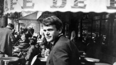 Den tjekkiske forfatter Milan Kundera - her i Paris i 1975 - sætter livet i perspektiv, skriver Venstres Ellen Trane Nørby.