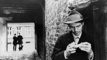 Hamsuns kunst er af en sådan art, at han på det strengeste forhindrer os i at have medfølelse med sin hovedperson. Essay af Paul Auster om Knut Hamsuns roman 'Sult'.