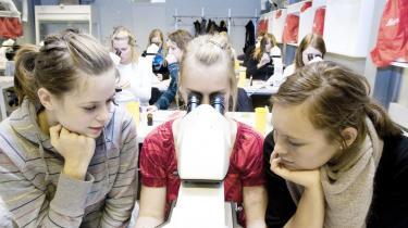 Uddannelsessystemet skal forbindes bedre med det omgivende samfund. F.eks. med praktikforløb på en-to uger, hvor gymnasieeleverne kommer ud på en virksomhed, en uddannelsesinstitution eller i en offentlig forvaltning. Som her, hvor gymnasieelever undervises på Institut for Plantebiologi og Bioteknologi på Københavns Universitet.