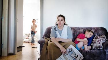 Fatima og Batoul skal hver morgen med bus til skolen i Århus-kvarteret Risskov. De kommer selv fra ghettoen, og deres familie er på starthjælp. Pigerne pjækker, og om to uger mister familien deres børnepenge, fordi børnene ikke passer skolen. Information har fulgt familien i et døgn