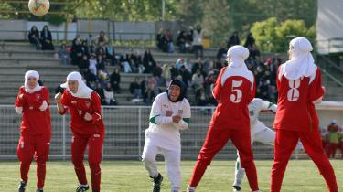 De iranske kvinders fodboldlandsholds nye dragter overholder akkurat betingelserne for, hvad der er tilladt i Iran. Der må ikke vises hud eller kvindelige former.