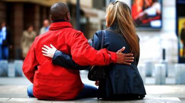 I flere skoler i USA straffes eleverne med eftersidning eller bortvisning, hvis de krammer, giver -high fives- eller holder i hånd.