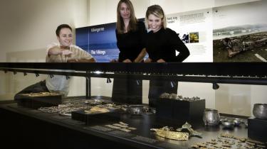 I den nye Mærsk-støttede del af Nationalmuseets afdeling om dansk oldtid er det genstanden og ikke fortællingen bag, der er i fokus. Genstandene er ofte kun gjort æstetisk interessante, mener museumseksperter.