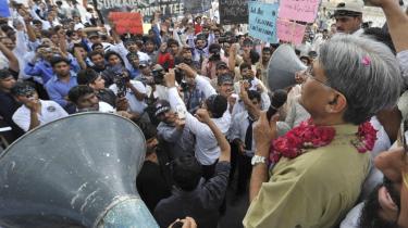 Tusindvis af pakistanske advokater, dommere og politiske aktivister tog i går fat på en aktion, de kalder -Den Lange March-, og som er planlagt til at slutte med en stor sit-down-protest senere på ugen.