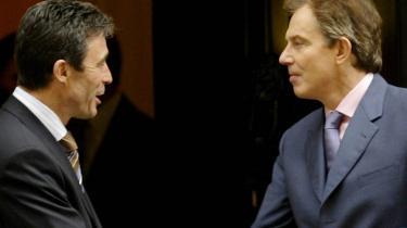 Statsminister Anders Fogh Rasmussen og Storbritanniens tidligere premiermister Tony Blair deltog blandt flere andre lande i 2003 i USA-s invasion af Irak. Tidligere generaldirektør for politiske og militære anliggender i EU-s Ministerråd, Brian Crowe, kritiserer, at der i forløbet op til invasionen ikke blev gjort alvorlige forsøg på at samle de europæiske lande i en enig position. Skal EU komme til at spille en rolle i fremtiden er det nødvendigt, at EU får sin egen udenrigsminister, mener Crowe.
