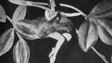 Balletdanserinden Elna Lassen blev til en myte. Men hvad fik hende til at gribe selvmords-revolveren som 29-årig? Merete Wilkenschildts menneskekloge biografi giver gode bud