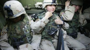 Truet. Kvindelige amerikanske soldater på patrulje i Irak. Mange af dem oplever deres mandlige soldaterkammerater som den største trussel mod deres sikkerhed.
