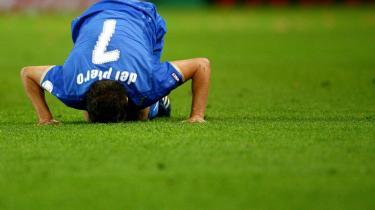 Alessandro del Piero bider i græsset efter 0-3-ydmygelsen mod Holland i mandags. Vil han og det italienske landshold rejse sig i aften mod Rumænien?