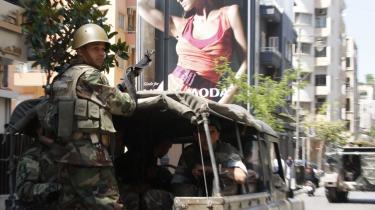 Patrulje. Libanesiske soldater på patrulje i Libanons Hamra-kvarter i Beirut. En ret hæren fik efter Doha-aftalerne for et par uger siden. Men reelt deler de gaden med de militser, der hver nat bryder våbenhvileaftalen.