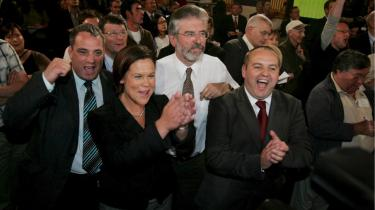 Gerry Adams (i midten), der her fejrer det irske nej, siger til Information, at det irske nej bør få konsekvenser for den irske premierminister.