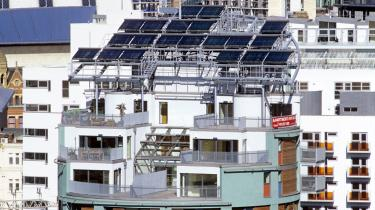 Vi skal forestille os, at om 25 år fra nu er millioner af bygninger bygget, så de fungerer som både -kraftværker- og bosteder. Som -The Green Building- iManchester, designet af Terry Farrell.