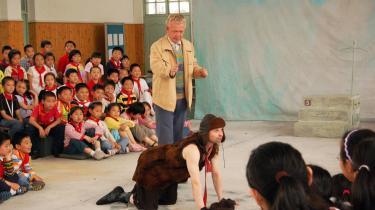 Endelig lykkedes det: Kinesiske børn placeret på tre sider rundt om en dansk børneteaterforestilling på deres egen skole i Shanghai. Her -Den lille farbror- med Per Spangsberg og Lars Ottosen fra Corona La Balance.