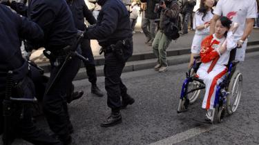 Fra heltinde til skurk. Den kinesiske handicap-idrætskvinde Jin Jing blev først nationalhelt, da hun forsvarede den olympiske flamme mod demonstranter i Paris. Siden har bloggere hængt hende ud på nettet, fordi hun såede tvivl om det fornuftige i at boykotte en fransk supermarkedskæde, som angiveligt skulle støtte et frit Tibet.