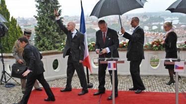 EU-s udenrigsministre mødtes mandag i Luxembourg. Imens hastebesøgte Frankrigs præsident, Nicolas Sarkozy, som kæmper for at redde Lissabontraktaten, i går Tjekkiet (billedet), hvor præsident Vaclav Klaus har erklæret traktaten død.