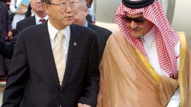 Ban Ki-moon, FN-s generalsekretær, har netop forsøgt at overtale Saudiarabien til at skrue op for olieproduktionen. Her ses Ki-moon forleden med den saudiske udenrigsminister, prins Saud Al Faisal