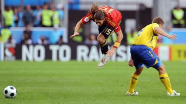 Er det en fugl? Er det en fisk? ... nej, det er såmænd Spaniens højre back, Sergio Ramos, der har det med at være mere offensiv end defensiv.