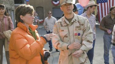 Kimberly Peirce (tv.) giver med sin film -Stop-Loss-ordet til de amerikanske soldater, der udkæmper krigene i Irak og Afghanistan. Det er dem, amerikanerne er villige til at lytte til, mener hun. Billedet er fra optagelserne af filmen.
