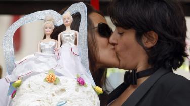 To italienske lesbiske kysser og fejrer det bryllup, som de ikke officielt kan gennemføre på grund af modstand fra Vatikanet og landets Berlusconis regering. Herhjemme findes partnerskab, men regeringen vil ikke blåstemple homoer som diskriminerede, så de kan få EU-støtte til sportsarrangement.