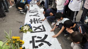 Bannere er blevet et centralt element i kommunikationen mellem kineseene og deres regering i de jordskælvsramte områder.