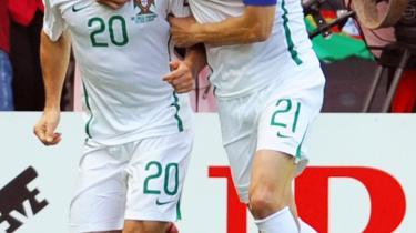 Det er Portugals midtbanespillere, der leverer scoringerne, mens holdets angribere konsekvent misbruger deres chancer. Således er det her angriberen Nuno Gomes (th.), der lykønsker midtbanemanden Deco med hans 1-0 mål i kampen mod Tjekkiet.