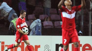 175 centimeter rå tyrkertro i skikkelse af angrebsstjerne og nationalhelt Nihat Kahveci (tv) fejrer en af sine to scoringer i mirakelsejren over Tjekkiet, mens Mehmet Aurelio i forgrunden takker vorherre for medgangen. Nihat spillede kampen -med hjertet- - han jagede og fangede bolde, få andre ville have troet på mulighederne i - og scorede to af Tyrkenes mål i 3-2-sejren.