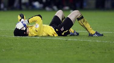 Tjekkiets målmand, Petr Cech, skammer sig eftertrykkeligt efter at have droppet en bold for fødderne af tyrkernes Nihat.
