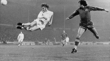 Fodboldenglen. Det var dette motiv, der prydede, Hans Jørgen Nielsens 'Fodboldenglen' fra 1978. Bogen var et af de første brud på den tavshed, litteraturen havde udvist over for fodbolden. Billedet er af den danske fodboldspiller Henning Jensen, der header i mål på Wembley Stadion i London i 1973.