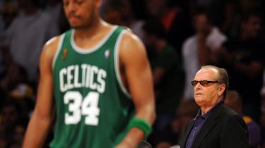 Jack Nicholson står blandt tilskuerne, når hjemmeholdet Boston Celtics spiller. Paul Pierce, som efter en skade kom humpende ind på banen igen og scorede de afgørende straffekast, blev kåret som finalernes bedste spiller.