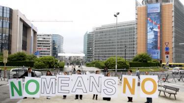 En teknisk løsning? Oven på det irske nej leder politikerne efter en teknisk løsning. Men den kan næppe blive andet end en ny irsk afstemning. Det vil i givet fald være ren kynisme fra magteliten over for de vælgere, man kun i ord foregiver at respektere, skriver den tyske filosof Jürgen Habermas. Her er det den britiske tænketank, Open Europe, der demonstrerer i Bruxelles efter den irske afstemning.