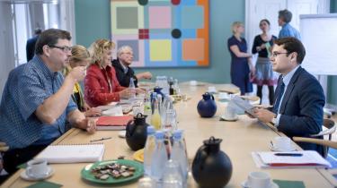 Kulturminister Brian Mikkelsen (t.h.) mødtes midt på eftermiddagen i går med partiernes medieordførere, som besluttede at udtale en skarp kritik af DR-s -ledelsesmæssige dispositioner- i forbindelse med byggeriet af DR-Byen.