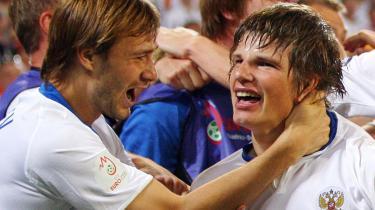 Ruslands Andrei Arshavin (th.) lykønskes her af Dmitri Sychev for sin scoring til 3-1 i kampen mod Holland.