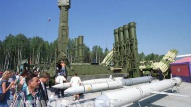 Rusland har de seneste år har øget sine egne rustningsudgifter med over 60 procent og eksporterer som aldrig før. Alle kampvåbnene har et garantibevis om at det er testet i Tjetjenien som kvalitetsstempel. Her ses en våbenmesse i Ural i Rusland.