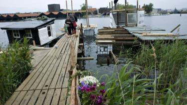 Træhuse, badebroer og husbåde skyder op langs Refshalevej ved Christiania. Hvis politiet vil rydde stedet, bliver de mødt med blomster og dans, lover aktivisterne bag projektet.