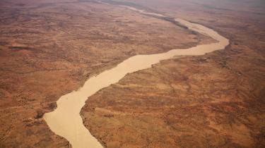 En udtørret flod bugter sig gennem landskabet i det østlige Chad, der som mange andre steder i Afrika er præget af ørken, der breder sig og af konflikter om naturressoucerne. Ressourcer, som klimaforandringer gør stadig mere knappe i bl.a Afrika.